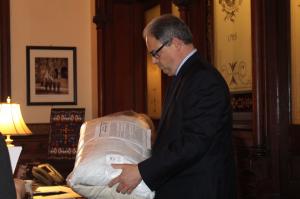 Joe Ferrara, President DeGioia's Chief of Staff, receives GSC's demands and package. / Photo: Esmeralda Huerta