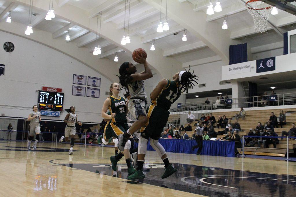 Women's basketball claws past Villanova for fourth straight win